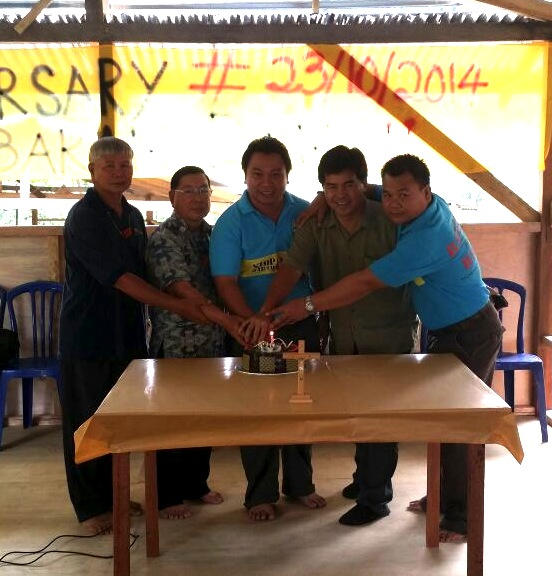 pic5_cutting_birhtday_cake