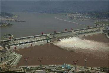 中國中部湖北省宜昌的長江三峽大壩鳥瞰圖,攝於2007年9月16日。中國提高了龐大的三峽大壩背後的水流,以緩解半世紀來最嚴重的下游乾旱。照片提供:路透社