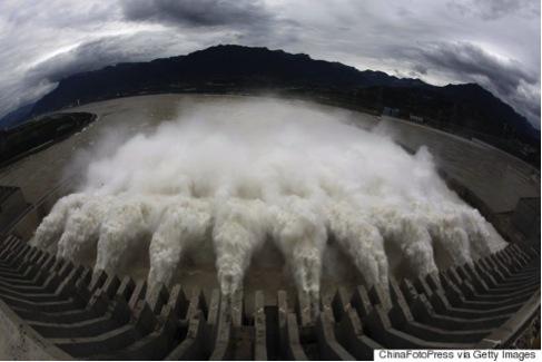 2014年9月19日,中國湖北省宜昌的三峽大壩的洩洪道在洩洪。