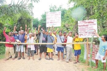 本德拉斯村與巴素村村民在以長竹封路、力阻伐木活動。