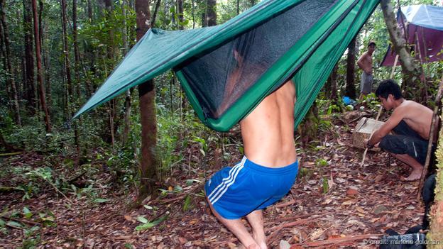 如繭般的吊床設計是用來防止水蛭攻擊的
