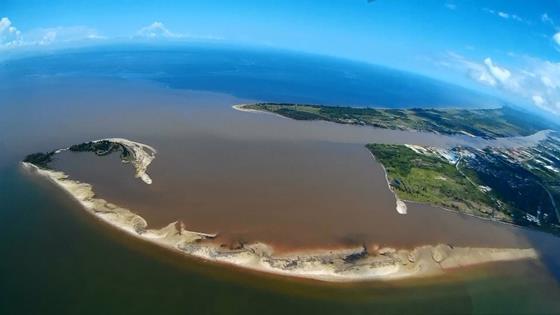 受海潮影響及峇南內河的泥沙沈積,峇南河口左側形成一條狹長的沙洲,面積是海馬島的10倍。(照片提供:DAVID LIM)