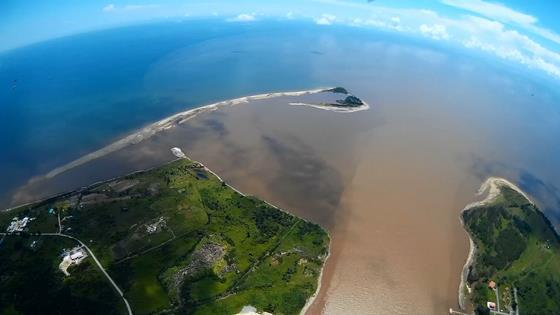 峇南河口左側大片河床受泥沙堆積,不利航行,河口左側是沙洲所在地。(照片提供:DAVID LIM)