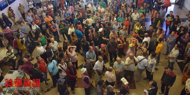 庭內庭外被擠得水泄不通,預估人數近千人聚集,圖中僅能拍攝冰山一角。
