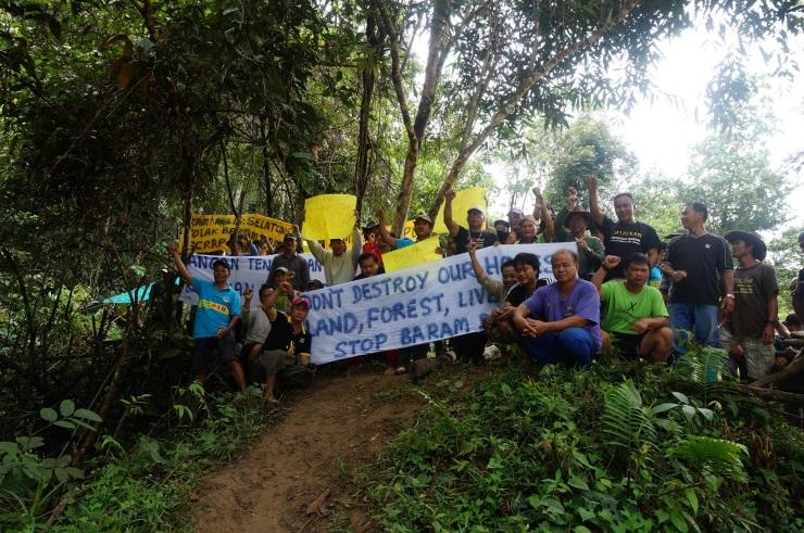 """2013年10月23日,是反巴南水壩運動的正式開始日,那天來自內陸各原住民村落的代表走入水壩建設地區,向勘察隊伍反映""""不要水壩""""的立場。"""