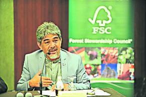 來自東馬的塞巴斯蒂安對國內非法伐木活動表示知情,並透露已與政府洽談中。(圖:主辦單位提供)