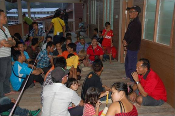 long-menapa-tuai-rumah-lien-bueh-discusses-with-the-villagers-on-the-resettlement-decision