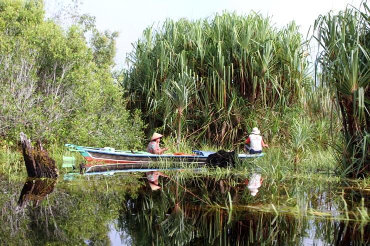 sustainable-peatland-livelihoods-fishing-at-mentangai-river-marcel-silvius-960x640