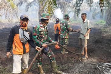軍事人員幫助南蘇門答臘地區的消防員撲滅熊熊烈火。圖:印度尼西亞災害管理局(BNPB)